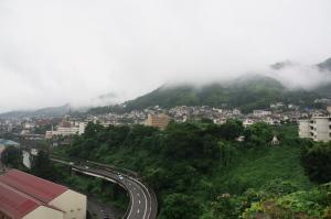 雨の串山から
