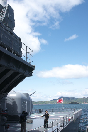 雲と護衛艦