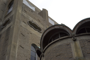 教会と藤棚と