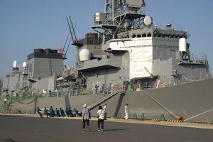 亀と護衛艦