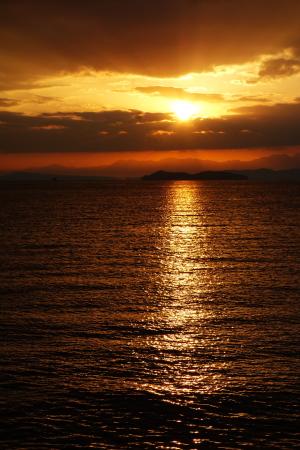 島の夜明け