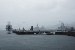 雨の潜水艦桟橋